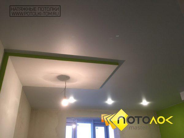Натяжной потолок в гостиной фото
