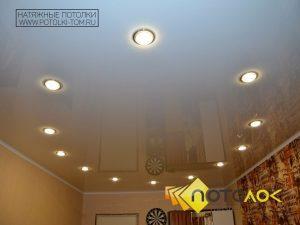Белый натяжной потолок от производителя в Томске и Северске.