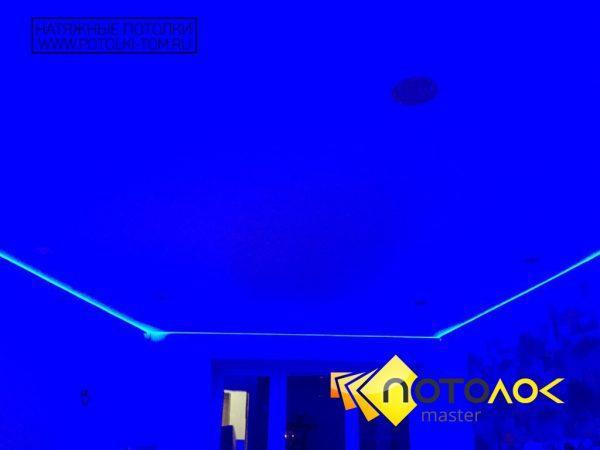 Натяжной потолок с подсветкой в гостиной фото