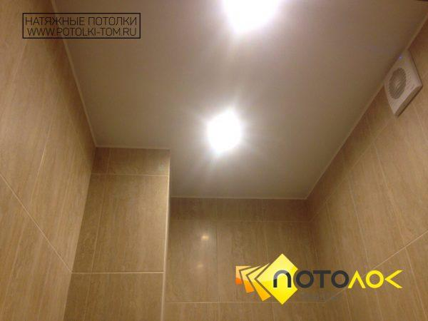 Матовый натяжной потолок в ванной комнате фото