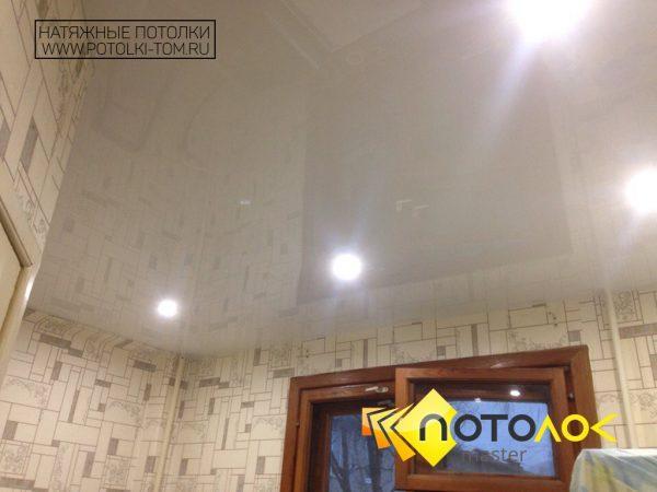 Глянцевый натяжной потолок в комнату фото