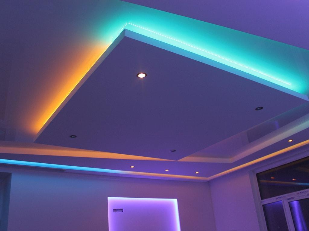 Натяжное потолок с подсветкой, установка освещения - светильники на натяжном потолке люстры, светодиодная подсветка.